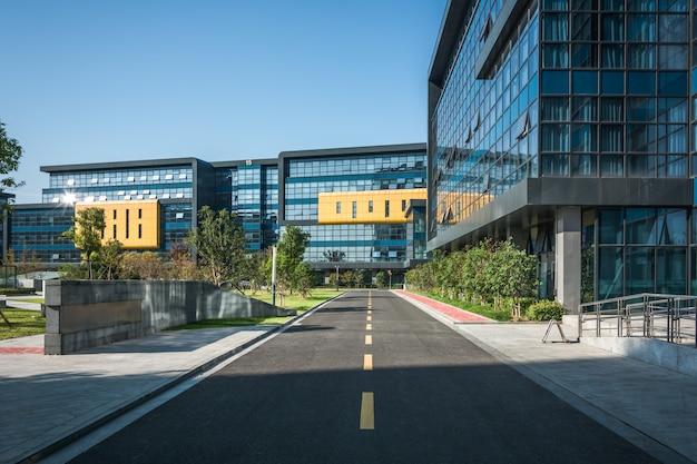 Costruzioni di appartamento moderne in una zona residenziale verde nella città