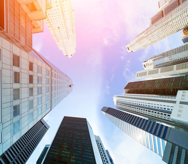 Costruzioni di architettura moderna del centro urbano e del grattacielo di paesaggio urbano.