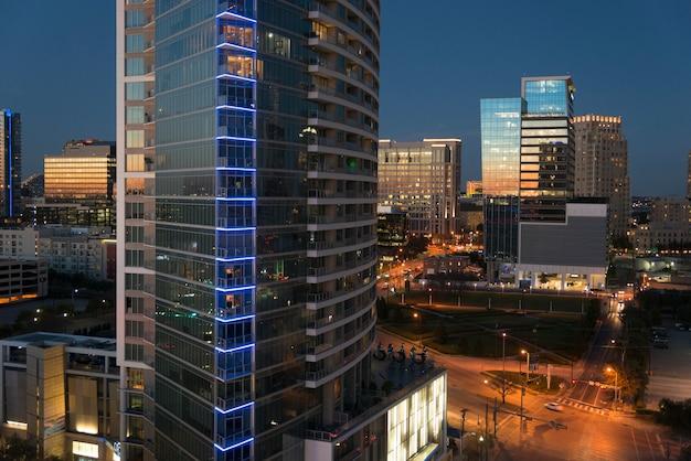 Costruzioni di vetro moderne alla notte, dallas, il texas, usa
