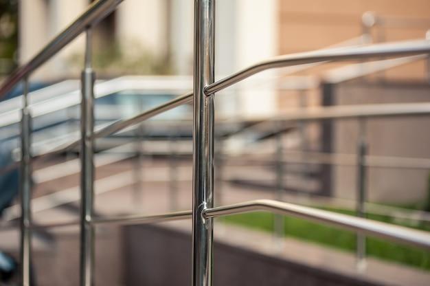Costruzioni moderne all'aperto delle inferriate del metallo dell'acciaio inossidabile