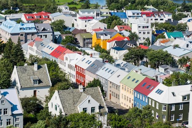 Costruzioni variopinte nell'orizzonte della città di reykjavik in islanda