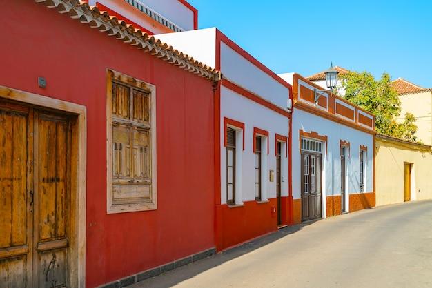 Costruzioni variopinte su una via stretta in città spagnola garachico un giorno soleggiato, tenerife, isole canarie, spagna