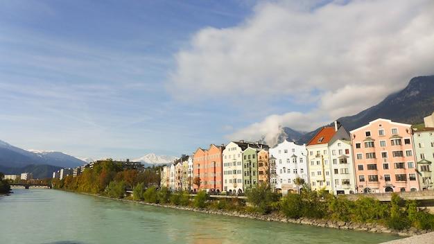 Costruzioni variopinte vicino al fiume su cielo blu con la nuvola