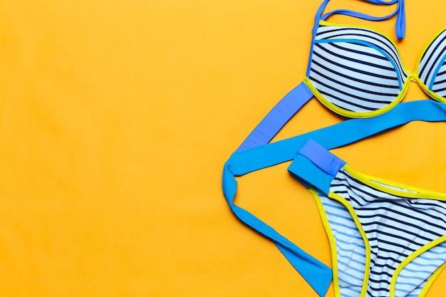 Costume da bagno colorato a righe, flatlay, spazio per il testo, estate in arrivo