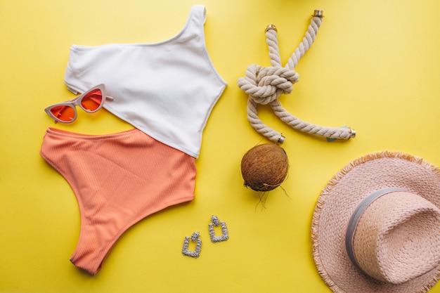 Costume da bagno su sfondo giallo isolato