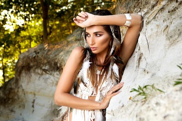 Costume etnico all'aperto amazzonico della donna nativa americana sexy