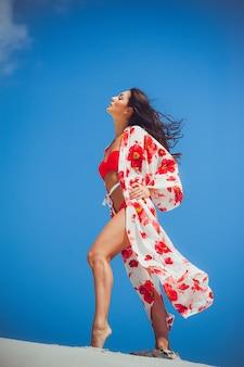 Costumi da bagno estate bella donna sulla sabbia