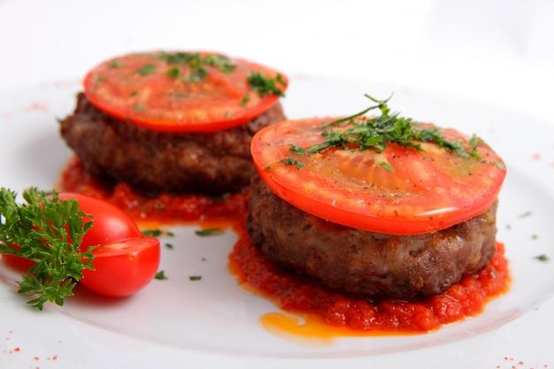 Cotoletta con formaggio e pomodori