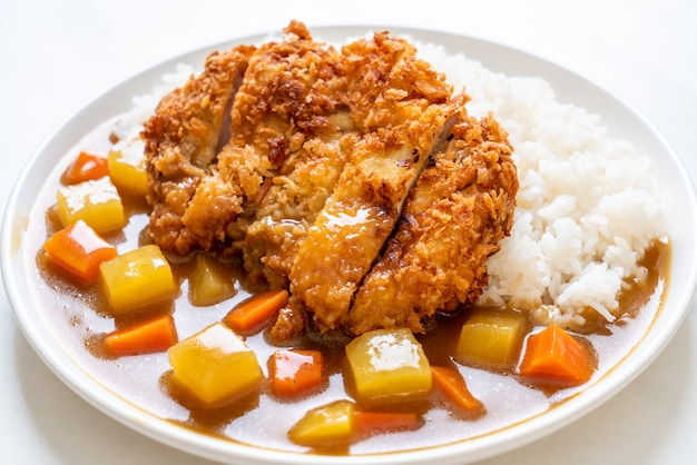 Cotoletta di maiale fritta croccante con curry e riso