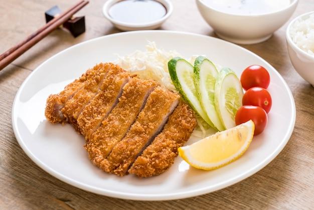 Cotoletta di maiale fritta nel grasso bollente giapponese (set di tonkatsu)