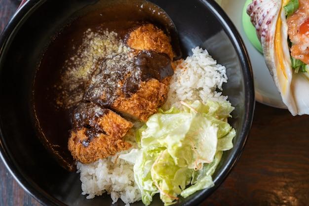 Cotoletta di maiale fritto croccante con riso al curry