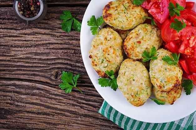 Cotoletta di pollo con insalata di zucchine e pomodori