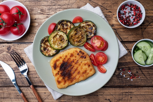 Cotoletta di pollo e zucchine cotte alla griglia
