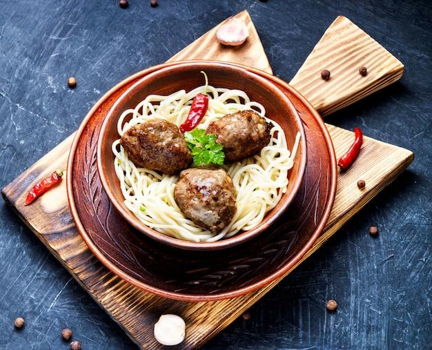 Cotolette di carne e pasta