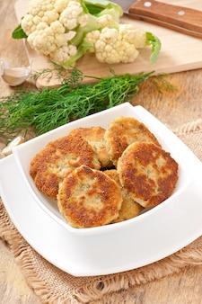 Cotolette di cavolfiore con salsa di finocchi, aglio e formaggio