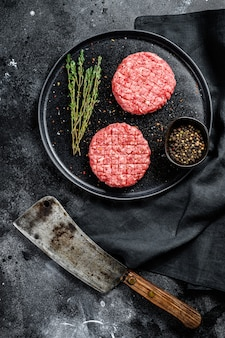 Cotolette di hamburger crude, carne di manzo macinata biologica.