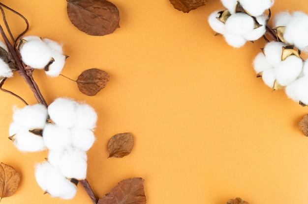 Cotone naturale sul tavolo con foglie. sfondo per il tuo oggetto