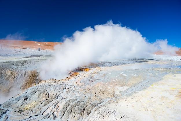 Cottura a vapore di stagni di acqua calda e vasi di fango nella regione geotermica degli altopiani andini della bolivia