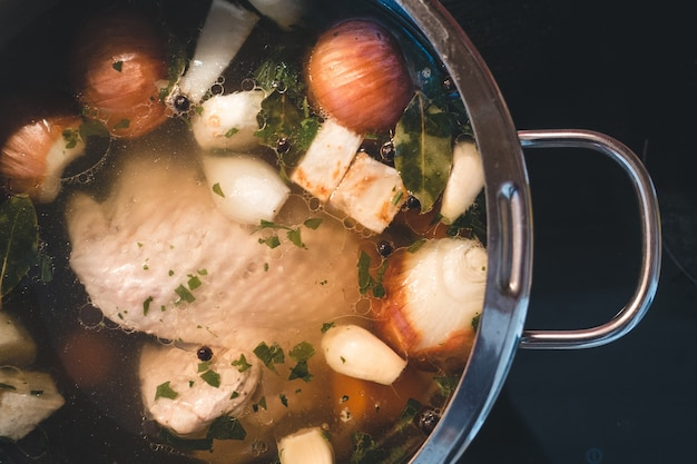 Cottura del brodo di pollo