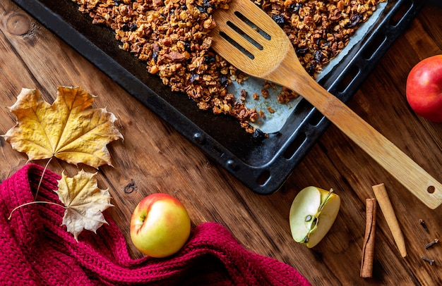 Cottura del muesli con la mela e le spezie su una tavola di legno