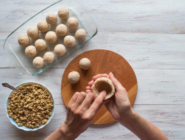 Cottura dell'antipasto di carne arabo kibbeh. kibbeh arabo tradizionale con agnello e pinoli.