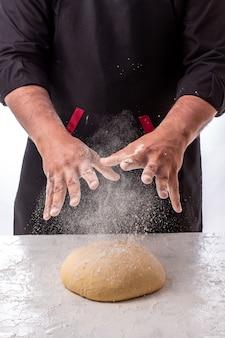 Cottura dell'impasto a mano dello chef per pasticceria, pizza, pasta fatta in casa