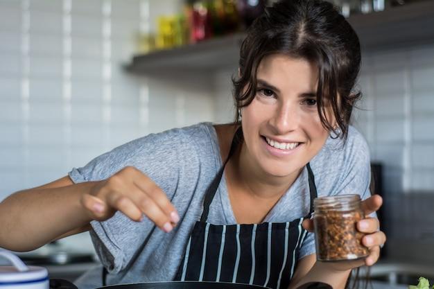 Cottura della donna in cucina