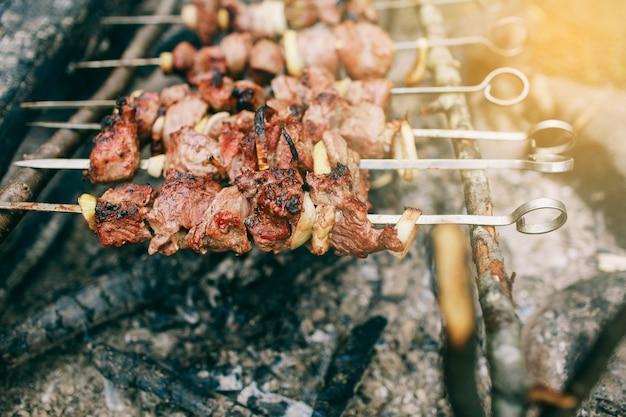 Cottura di spiedini di carne alla brace sul fuoco