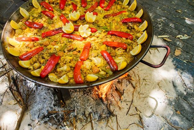 Cottura di una paella di piatto spagnolo radicale