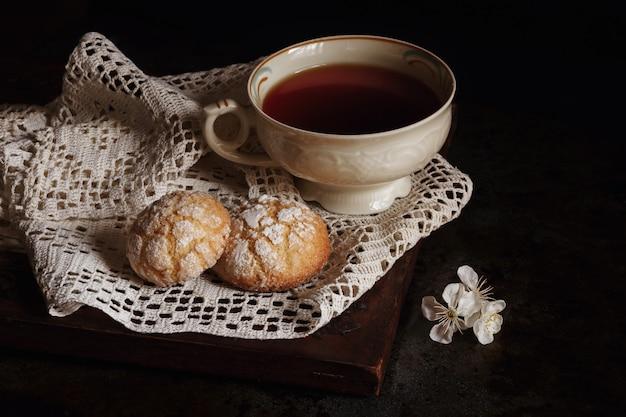 Cottura fatta in casa. biscotti di pasta frolla e una tazza di tè