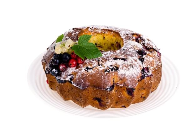Cottura fatta in casa. cupcake con frutti di bosco freschi