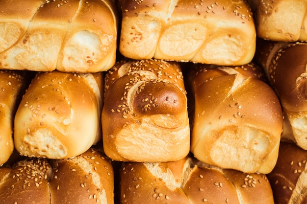 Cottura fresca su un banco di pane