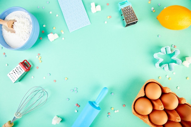 Cottura o cottura di ingredienti. cornice di sfondo di panetteria. ingredienti e utensili da dessert.