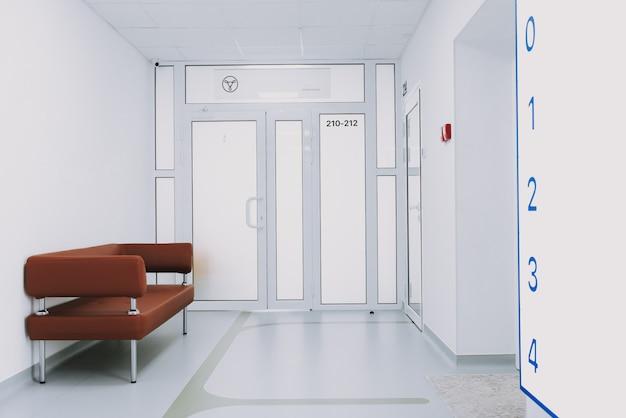 Couch in numeri di reparti di clinica vuota corridoio.