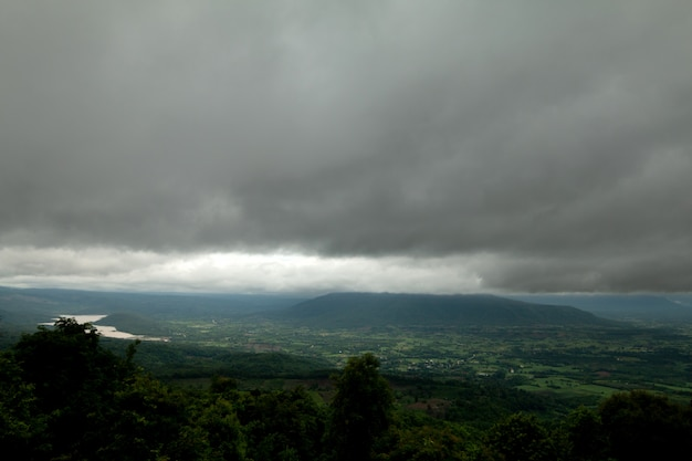 Coudy dark day con nebbia sulle montagne