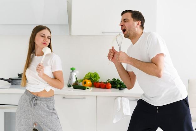 Coulpe si diverte mentre cucina