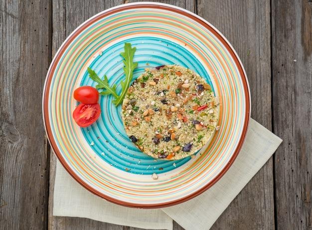 Couscous con gamberi e verdure in una ciotola