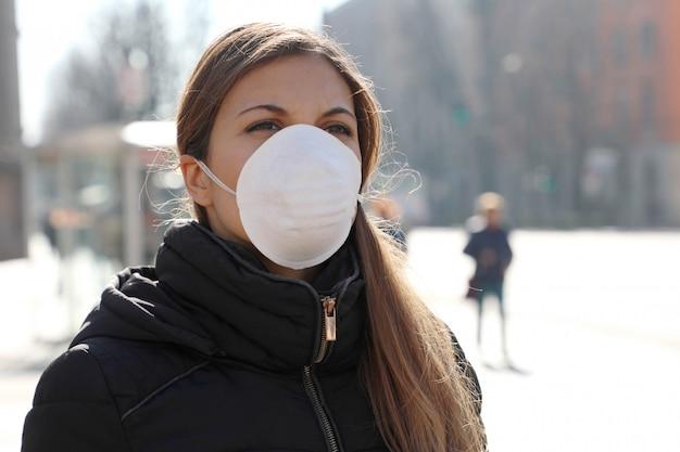 Covid-19 donna che indossa una maschera protettiva per la diffusione di virus influenzali, protezione contro virus influenzali e malattie.