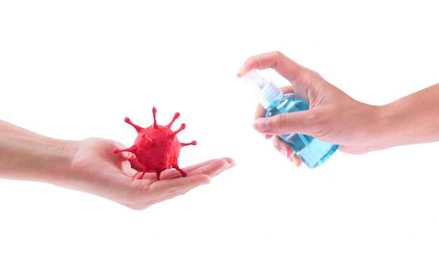 (covid-19) la malattia da virus corona che è stata creata modellando l'argilla dipinta e tenendo in mano la bottiglia di alcol spray sterilizzare