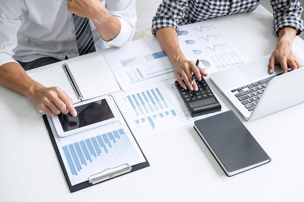 Cowork di consultazione dei colleghi di lavoro che analizza i grafici.