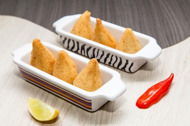 Coxinha de frango - mini snack brasiliano di pollo fritto