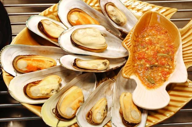 Cozza sgusciata arrostita con salsa piccante, alimento tailandese
