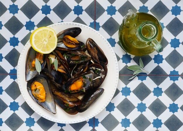 Cozze al vino bianco con aglio e olio d'oliva