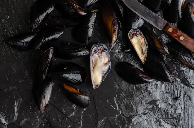 Cozze concetto di cucina. pesce crudo