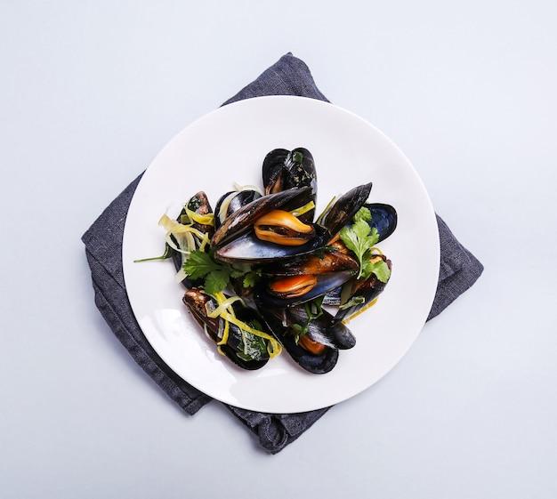 Cozze deliziose in un piatto