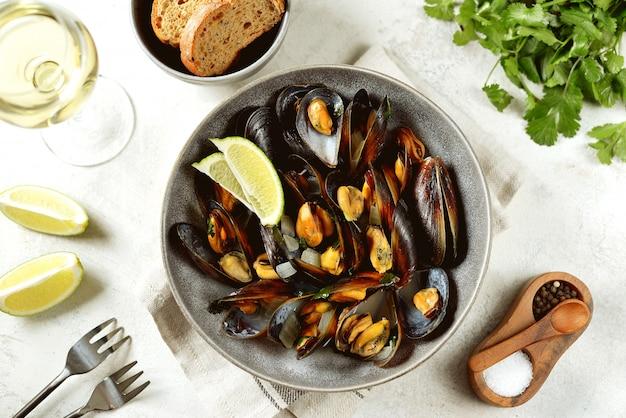 Cozze di mare fresche al vino bianco con cipolle, aglio e coriandolo. cibo salutare.