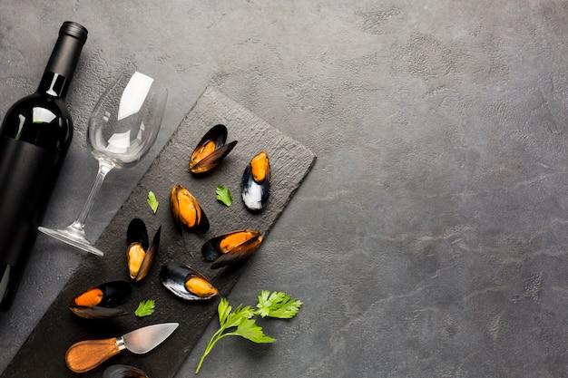 Cozze e vino cucinati piatti con copyspace