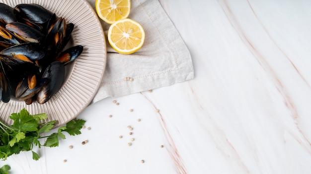 Cozze fresche e copia spazio di limone