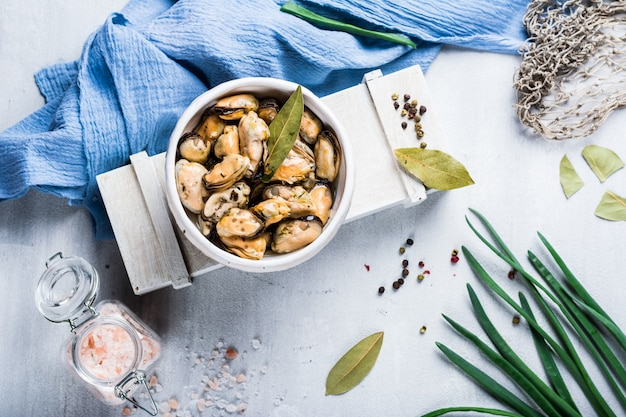 Cozze, molluschi, alghe, piante marine, carne di cozze, cibo sano, frutti di mare, cibo gourmet, cucina mediterranea, delizioso piatto