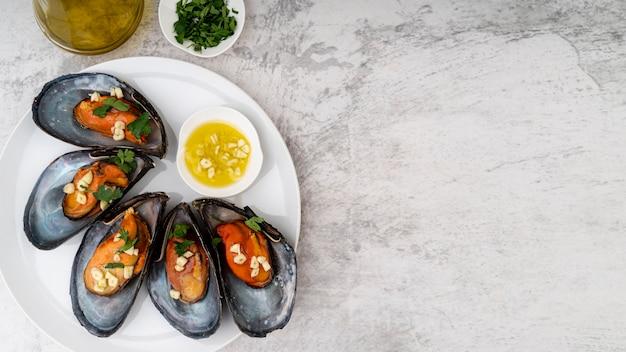 Cozze piatte con aglio tritato